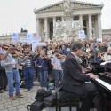 Musik-Flashmob für eine menschliche Flüchtingspolitik in Österre